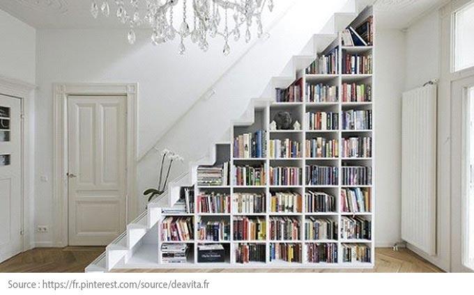 Sous l'escalier : une bibliothèque