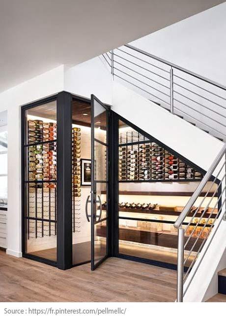Sous l'escalier : une cave à vin