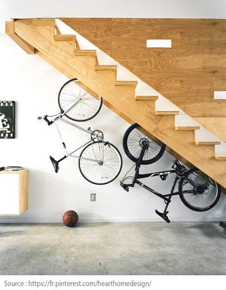Sous l'escalier : des vélos