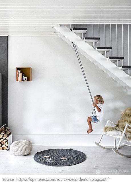 Sous l'escalier : une balançoire