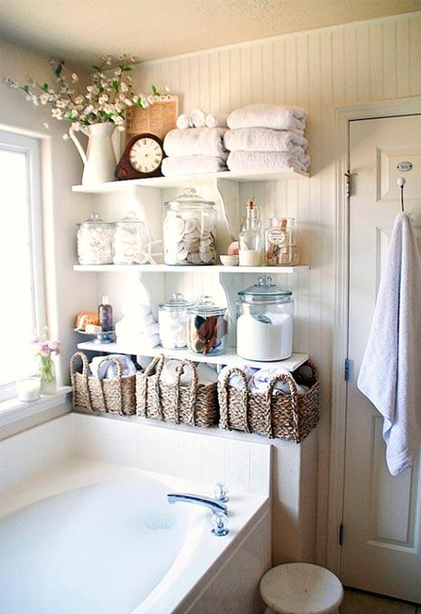 Tablettes dans petite salle de bain