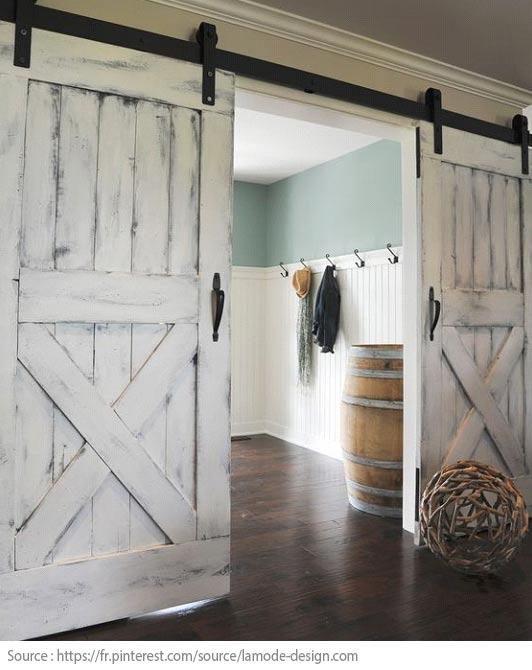 Une porte de grange pour diviser l'espace de l'entrée