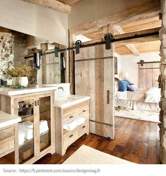Une porte de grange entre la chambre et la salle de bain