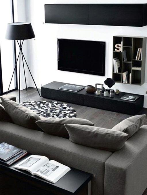 Télévision accrochée au mur
