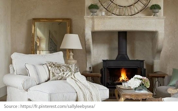 Room sober but elegant with a fireplace simply placed in the mantle