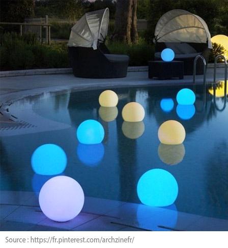 Éclairage piscine : lampes flottantes
