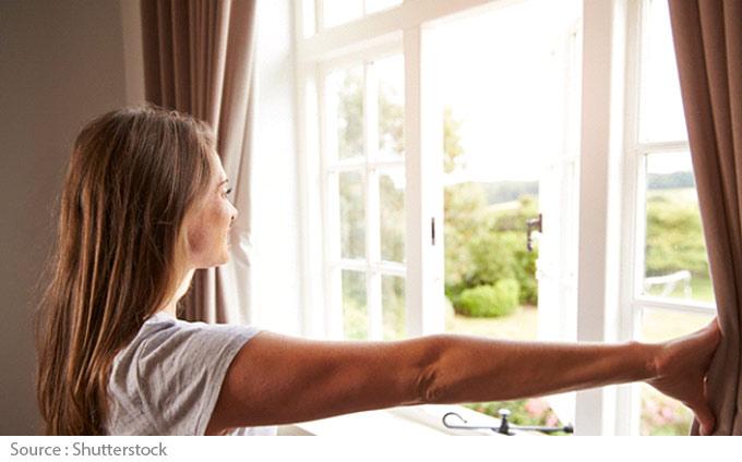 Femme devant fenêtre
