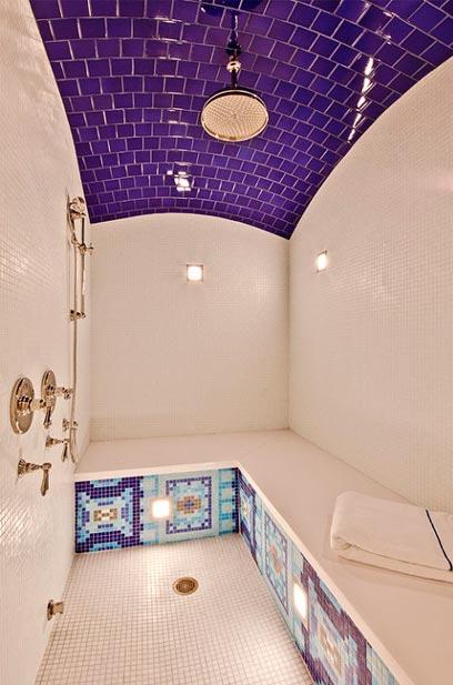 Un cabinet de toilette violet