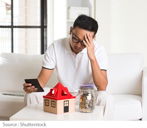 Homme assis devant maison et bocal d'argent